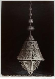 103. Lampe arabe de la mosquée de l'Alhambra de Grenade (Musée archéologique de Madrid);