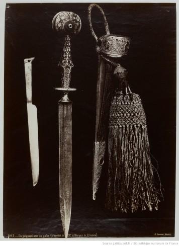 104. Un poignard avec sa gaîne (propriété de Mr le marquis de Villaseca);